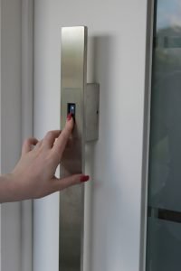 Haustür mit Fingerscanner-Sicherheitstechnik-Schreinerei Gerards-Schreiner in Bonn