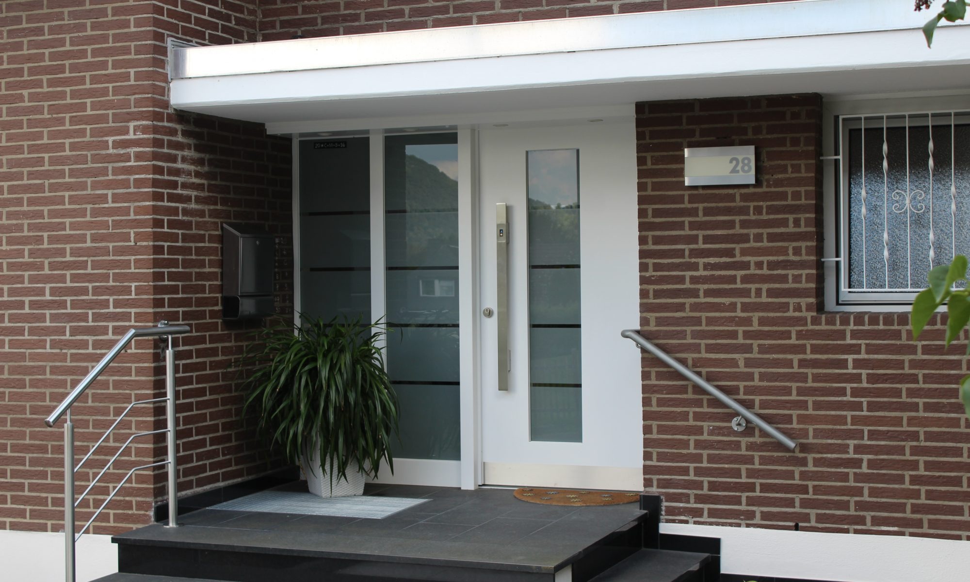 neue Haustür-Schreinerei Gerards-Haustür mit Sicherheitstechnik-moderne Haustür