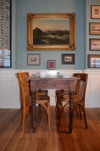 Tisch mit Stühlen-Kaffeehaus Königswinter-Inneneinrichtung-Schreinerei Gerards